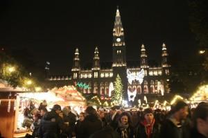 クリスマスマーケットにも行きました。さすが本場です。光であふれたとにかく美しいマーケットです。後ろに見えるのは市庁舎です。お城みたいでしょ。
